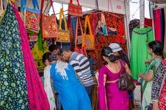 Les clients au travail manuel font des emplettes dans Kutch, Inde Photos stock