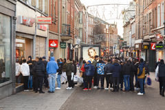 Les clients de vente de lendemain de Noël font la queue en dehors du magasin i de sports de Footlocker Photos libres de droits
