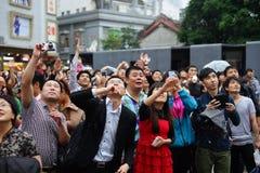 Les clients et les visiteurs serrent la rue célèbre de piéton de Dongmen Photographie stock libre de droits