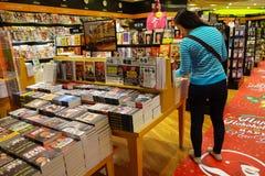Les clients font des emplettes pour des livres dans l'aéroport de Changi, Singapour Photos stock