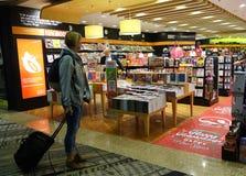 Les clients font des emplettes pour des livres dans l'aéroport de Changi, Singapour Images stock