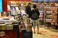 Les clients font des emplettes pour des livres dans l'aéroport de Changi, Singapour Photographie stock