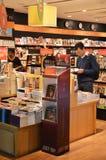 Les clients font des emplettes pour des livres dans l'aéroport de Changi, Singapour Image stock