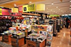 Les clients font des emplettes pour des livres dans l'aéroport de Changi, Singapour Images libres de droits