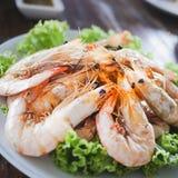 Les clients ont commandé la crevette brûler le sel pendant le voyage à la plage dans les restaurants célèbres image stock