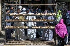 Les clients se serrent autour de l'entrée à une boulangerie dans Edfu en Egypte Photos libres de droits