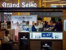 Les clients v?rifient une cabine grande de Seiko, Bangkok, Tha?lande photo stock