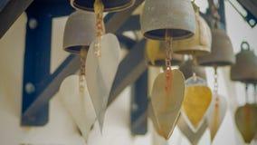 Les cloches bouddhistes en gros plan avec le cintre photographie stock libre de droits