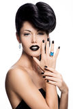 Les clous, les lèvres et les yeux de la femme de charme ont peint le noir de couleur. photos stock