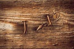 Les clous ont percé le conseil en bois Image libre de droits