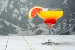 Les cocktails colorés se ferment sur le fond concret avec l'espace de copie Image libre de droits