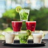 Les cocktails forment la couleur de tour, de rouge, verte et blanche image libre de droits