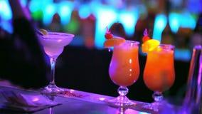 Les cocktails jaunes sont sur la barre clips vidéos