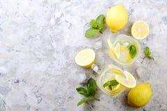 Les cocktails non alcooliques sains d'été, agrume ont infusé des boissons de l'eau, limonades avec le citron de chaux ou orange,  photographie stock