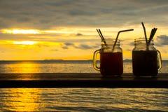 Les coctails frais avec un paradis tropical échouent avec le coucher du soleil, Koh Samui, Thaïlande photographie stock libre de droits