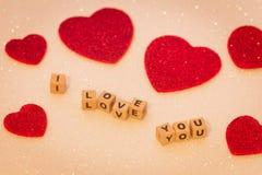 Les coeurs avec l'inscription je t'aime, et un endroit ont laissé par mes propres moyens des dévouements Image stock