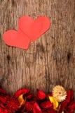 Les coeurs avec le pot-pourri rouge fleurissent des pétales sur le fond en bois - la série 2 Image stock