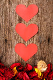 Les coeurs avec le pot-pourri rouge fleurissent des pétales sur le fond en bois - la série 3 Image libre de droits