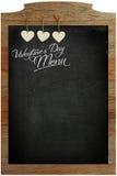 Les coeurs blancs d'amour de tableau de menu de Saint-Valentin accrochant dessus courtisent Photo libre de droits