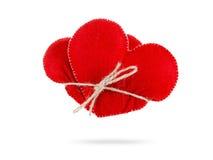 Les coeurs bondissent ensemble étroitement avec la corde, concept de l'amour D'isolement sur le fond blanc Images libres de droits
