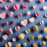 Les coeurs colorés empaquettent la guirlande accrochant sur le mur Fond romantique de Saint-Valentin Photo libre de droits