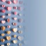 Les coeurs colorés empaquettent la guirlande accrochant sur le mur Fond romantique de Saint-Valentin Le style d'Instagram a modif Photographie stock libre de droits