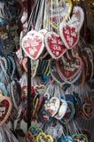 Les coeurs de chocolat se tiennent dans toutes les couleurs avec des inscriptions dans les terres allemandes Photo stock