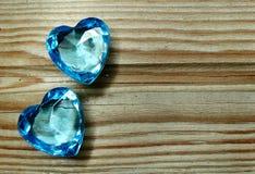 Les coeurs de gemme de saphir sur le vieux fond en bois aiment le concept Image stock