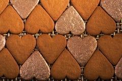Les coeurs de pain d'épice ont garni de l'arnament avec les coeurs 2 d'or Images libres de droits