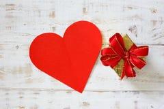 Les coeurs de papier rouges copient l'espace avec le boîte-cadeau sur le blanc Photos libres de droits