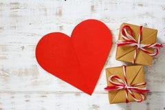 Les coeurs de papier rouges copient l'espace avec le boîte-cadeau sur le blanc Photos stock