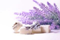 Les coeurs de savon de station thermale avec une lavande fleurit Photographie stock