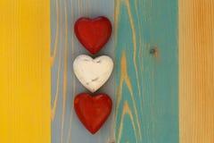 Les coeurs de Valentine d'amour sur le conseil peint par texture en bois Backgrou Images stock