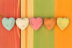 Les coeurs de Valentine d'amour sur le conseil peint par texture en bois Backgrou Photos libres de droits