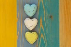 Les coeurs de Valentine d'amour sur le conseil peint par texture en bois Backgrou Photographie stock