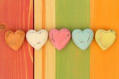 Les coeurs de Valentine d'amour sur le conseil peint par texture en bois Backgrou Photo libre de droits