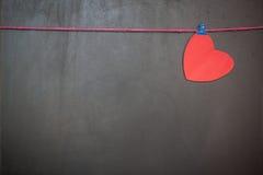 Les coeurs de Valentine d'amour sur le tableau noir Images stock