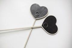 Les coeurs embarque pour un dessin de craie avec des anneaux de mariage Images libres de droits