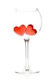 les coeurs en verre gèlent le vin du rouge deux photo stock