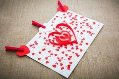 Les coeurs et les agrafes rouges de Valentine d'amour Photos stock
