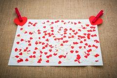 Les coeurs et les agrafes rouges de Valentine d'amour Images libres de droits