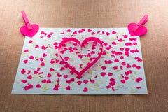 Les coeurs et les agrafes rouges de Valentine d'amour Photo libre de droits