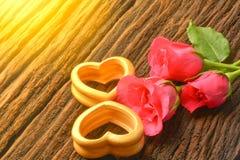 Les coeurs et les trois en bois roses ont monté pour le jour et l'amour de valentines Photo libre de droits