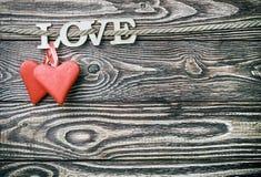 Les coeurs faits du feutre et du mot aiment fait Photographie stock libre de droits