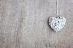 Les coeurs forme avec la texture de laine au-dessus du fond texturisé en bois Image libre de droits