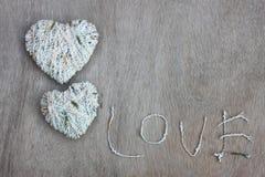 Les coeurs forme avec la texture de laine au-dessus du fond texturisé en bois Photos libres de droits