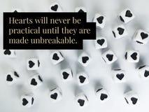 Les coeurs ne seront jamais pratiques jusqu'à ce qu'ils soient citation incassable photographie stock