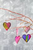 les coeurs Noir-roses accrochent sur des branches sur un fond concret gris Arbre d'amour Le concept de la Saint-Valentin Un symbo Images libres de droits