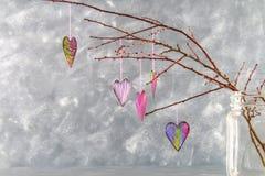 les coeurs Noir-roses accrochent sur des branches sur un fond concret gris Arbre d'amour Le concept de la Saint-Valentin Un symbo Image stock