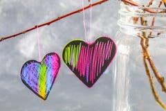 les coeurs Noir-roses accrochent sur des branches sur un fond concret gris Arbre d'amour Le concept de la Saint-Valentin Un symbo Photographie stock libre de droits